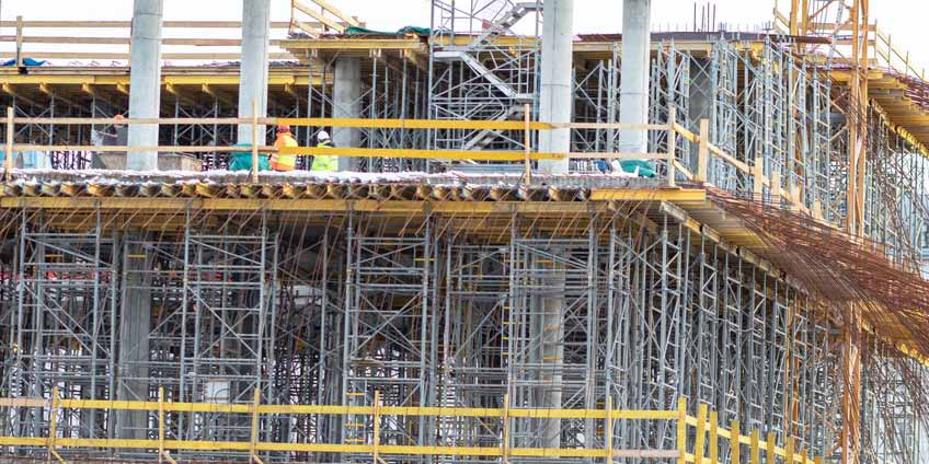 现场巡视检查模板支架工程情况并评估其安全性和规范性